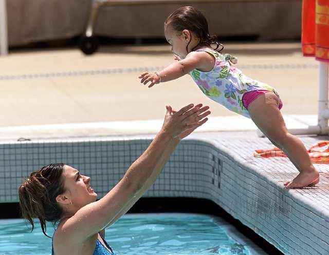 nadando con mamá verano
