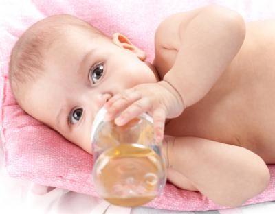 Cómo saber si tu hijo está deshidratado depende de su edad, porque no se deshidratan igual los bebés que los niños un poco más grandes. Varían tanto los síntomas como las causas por las que se produce dicha deshidratación.