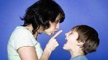 mamá con niño respondón
