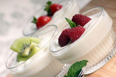 yogourt con frutas rojas y menta