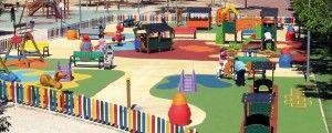 el parque infantil y sus instalaciones