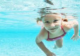tu pequeño en verano resfriado en la piscina