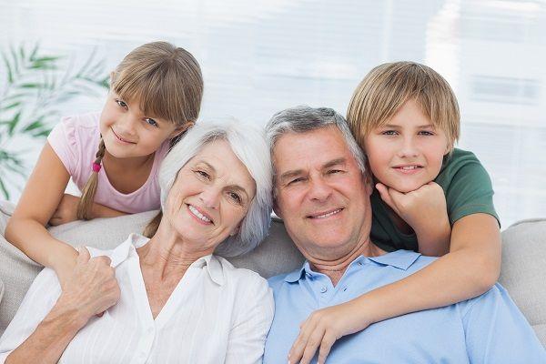 abuelos y nietos sofa