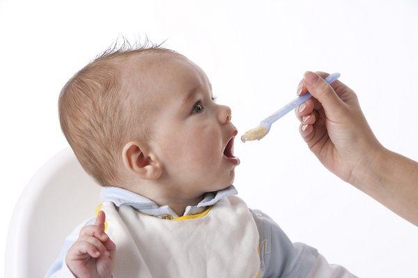 bebe comiendo papilla