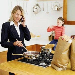 mamá trabajadora al cuidado de niños