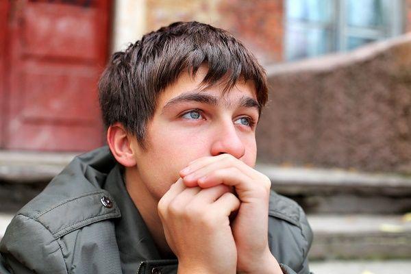 adolescente preocupado ojos azules