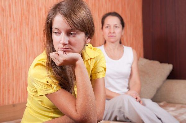 madre e hija adolescente enfadadas