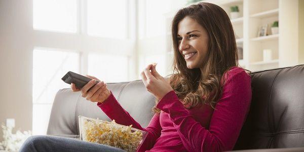 adolescente viendo tv chica