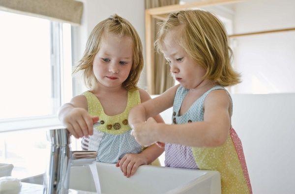 nenas limpiando