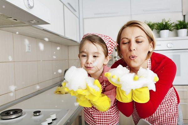mama y nena limpiando
