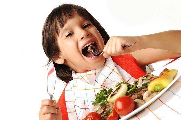 niño-comiendo